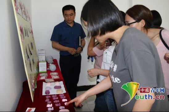 阳光家园负责人杨波为志愿者展示了学员们的手工艺品。吐鲁番市团委 供图