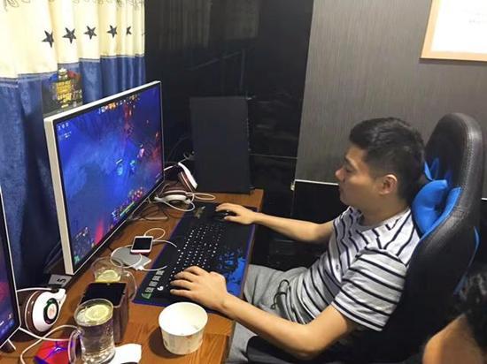 丁俊晖开豪车现身网吧玩游戏 Dota2水平不俗