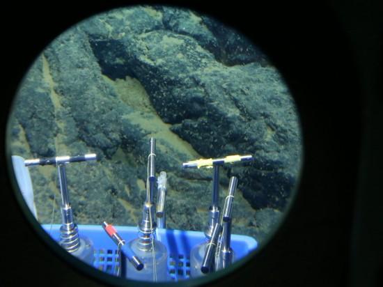 """5月23日在马里亚纳海沟拍摄的""""蛟龙""""号取沉积物样品用的插管(pushcore)。 新华社记者 刘诗平摄"""