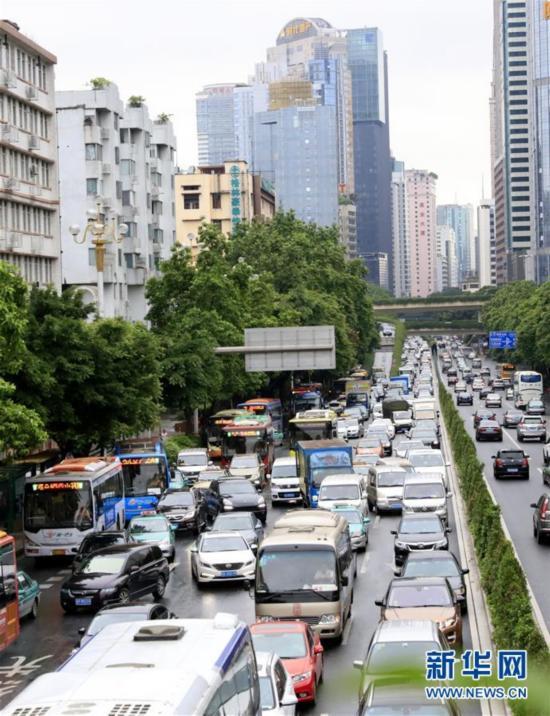 暴雨袭击广州 多处路段交通受阻