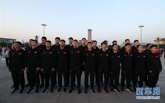 中国男篮红队观看升国旗仪式 进行爱国教育