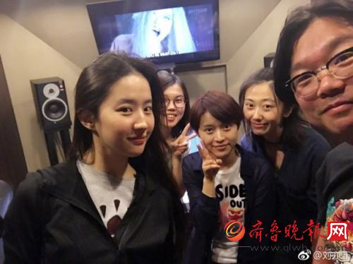 """刘亦菲晒和友人合影 背后电视画面""""白发魔女""""太抢镜 (图)"""