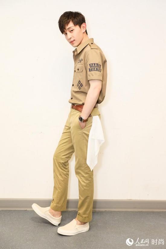 邓伦出席时尚活动 获年度挚爱时尚新锐男明星