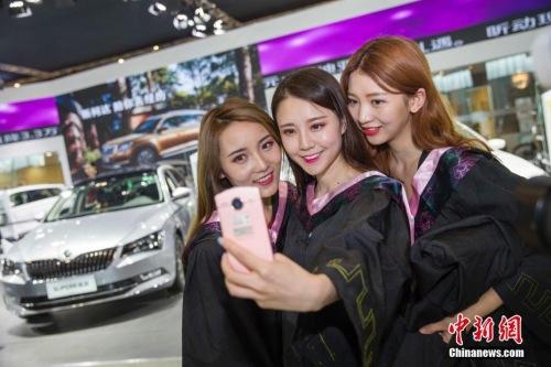 资料图:即将毕业的女大学生正在拍摄毕业照。张云 摄