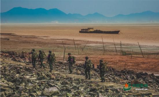 海训魔鬼周:队员们抢滩登陆荒岛求生