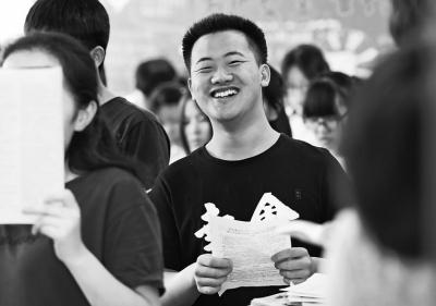 备战高考先学微笑 高三学子:用高考改变命运再苦也幸福