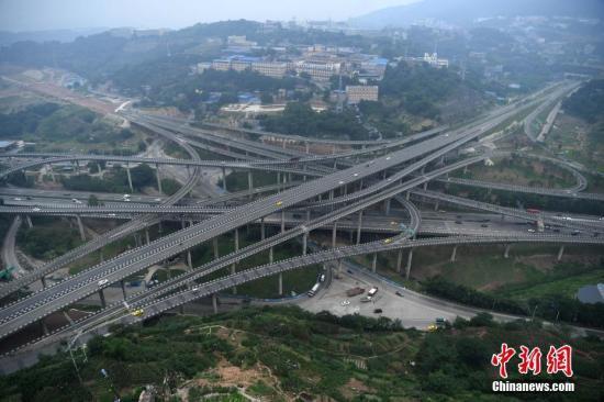 """,第一层是连接朝天门大桥与慈母山隧道的""""三横线""""快速干道;第二图片"""