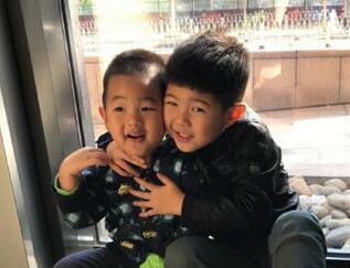 儿外表到底差别多大 一张照片让网友们意识到兄弟俩在颜值上的不公