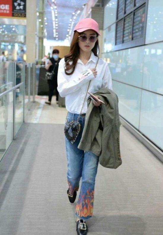 赵薇机场照随性的像去菜市场,何洁每次穿衣用力过猛让人尴尬