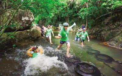踏瀑戏水 欢乐消暑