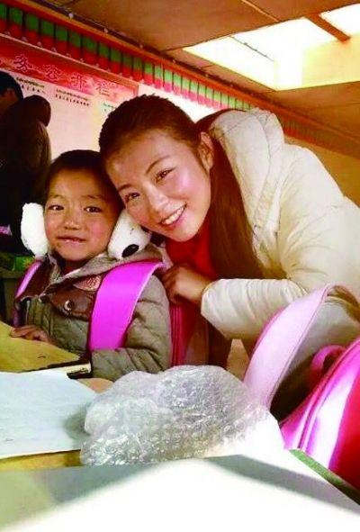 武汉/朱佩和西藏孩子在一起。摄影吴永寿...