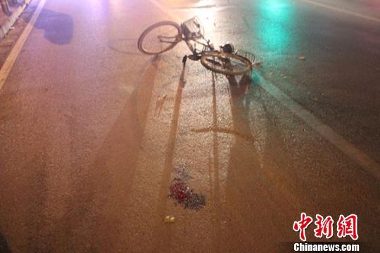男子夜骑摩托车速度过快撞人逃逸 被撞老人抢