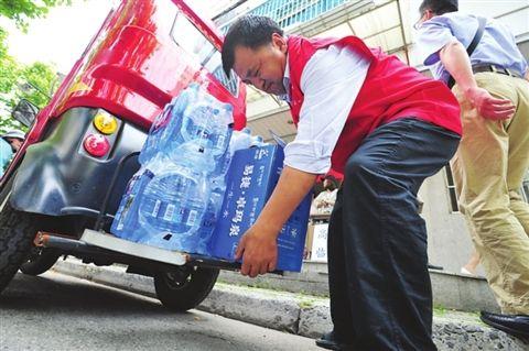 苏州一残疾人连续9年在高考考点免费送水