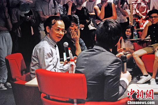 """台湾著名音乐人、作词者姚谦(图中)6月7日晚在北京与大陆民谣歌手钟立风、张羿凡在北京畅聊""""那些戳中我们的歌与词"""",分享创作经验。<a target='_blank'  data-cke-saved-href='http://www.chinanews.com/' href='http://www.chinanews.com/'><p  align="""