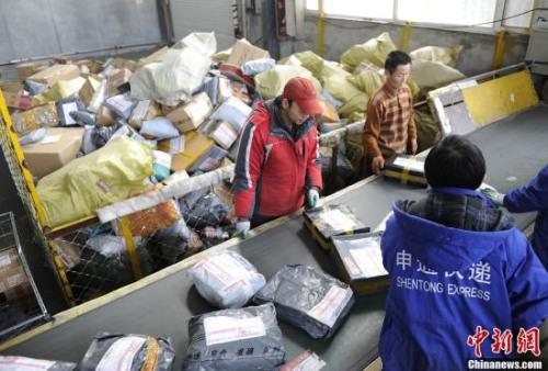 资料图:长春市一家快递公司中转站的工作人员正在忙碌。张瑶 摄