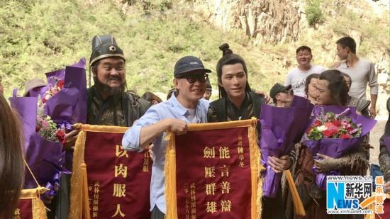 陈学冬首部古装电影《武林怪兽》杀青 导演刘伟强送锦旗