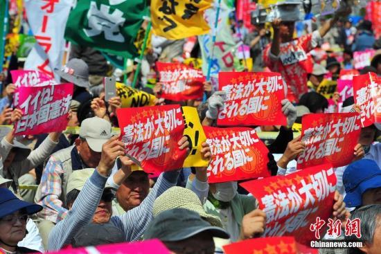 """当地时间5月3日,数万日本民众在东京举行集会和游行,为整整经历了70个年头的日本战后宪法""""点赞"""",呼吁维护和平宪法,反对执政当局的修宪企图。 <a target='_blank'  data-cke-saved-href='http://www.chinanews.com/' href='http://www.chinanews.com/'><p  align="""