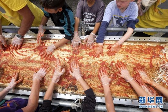 美国加州制作世界最长披萨