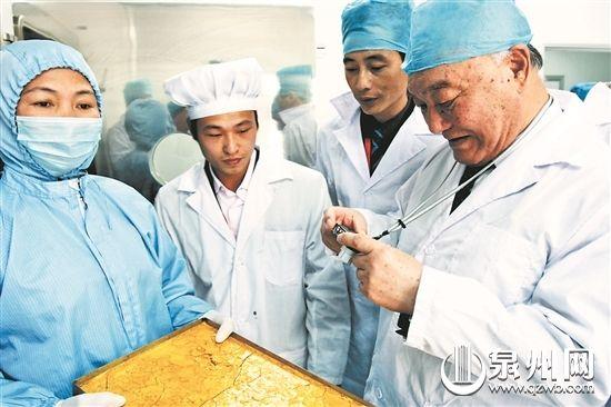归真堂引进的高层次人才――马建章院士(右一)正在研究产品。 (资料图片)