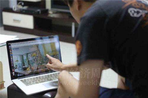 """一位业主展示""""旭辉26 街区""""样板间的VR 画面。许多业主表示,精装修的样板间是吸引他们购房的直接原因。《中国经济周刊》视觉中心摄影记者 胡巍I 摄"""