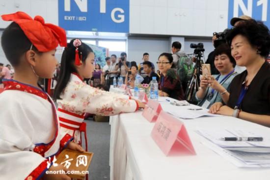 奉茶礼仪是本次大赛一大亮点-弘扬发展中国茶文化 幼儿少儿茶艺大赛