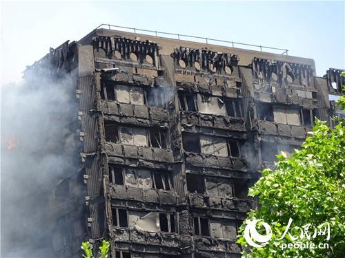 6月14日,伦敦西部一栋塔楼发生大火,可以看到建筑严重受损。(白天行、杨波)
