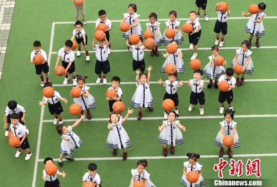 江西学童毕业季:创意照留下童真记忆