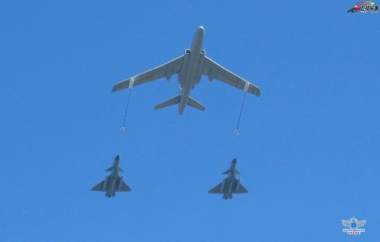 首见:轰油6与两架疑似歼10C战机摆加油队形