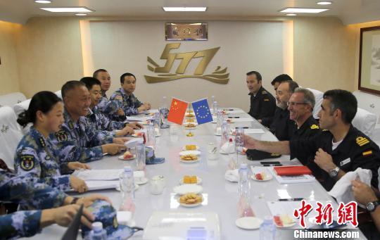 中国海军第26批护航编队指挥员与欧盟465编队指挥官会面