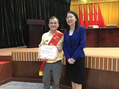 鹤山市民政局刘际宁局长为获奖者颁奖