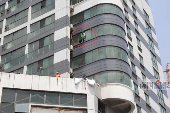 女子爬出酒店7楼窗台闹跳楼 民警妙招劝其回房间