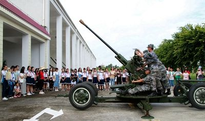 参观火炮表演