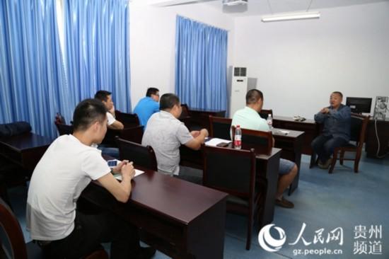 姜涛在工作室给学生开展集体培训。