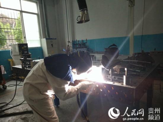 工作中的姜涛。