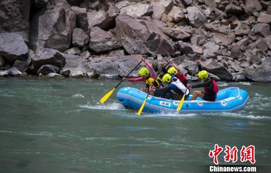 圖為6月16日,多人充氣漂流艇比賽現場。 何蓬磊 攝
