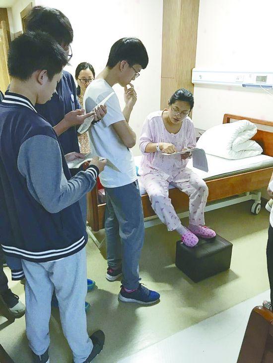 盐城一老师生娃才两天在病房辅导学生