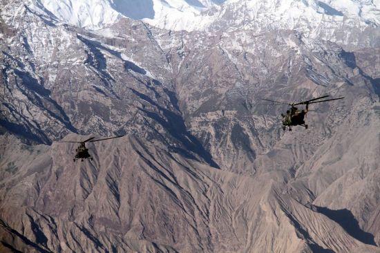 新疆军区运输直升机编队实战演练