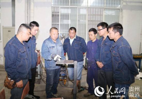 姜涛正在给学生做培训。
