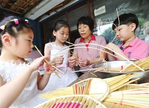 苏州社区达人详解麦秸扇制作方法 传承老手艺