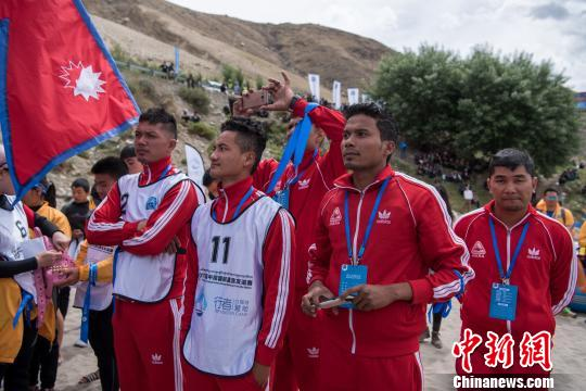 圖為6月16日,首屆中尼國際漂流友誼賽尼泊爾代表隊。 何蓬磊 攝