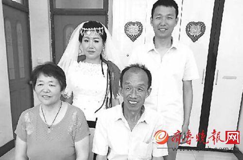 救人的苑连华 (前排右一) 、 苑文龙 (后排右一) 父子俩的全家福。