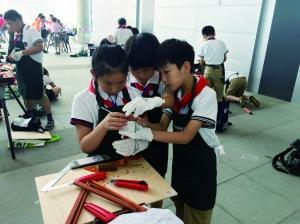 南京举办青少年DIY创意木工大赛学生比拼手艺