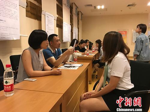 6月18日,首届在京台生就业实习推介会在北京中关村举行,超过50家两岸知名企业进行现场人才招募,提供千余岗位。 <a target='_blank'  data-cke-saved-href='http://www.chinanews.com/' href='http://www.chinanews.com/'><p  align=