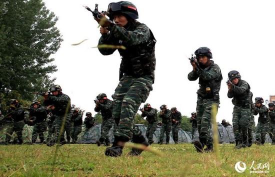 特战队员开展战术训练。