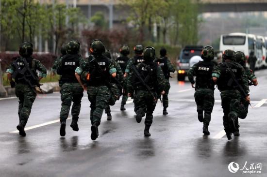 特战队员使出洪荒之力奔跑在雨中。
