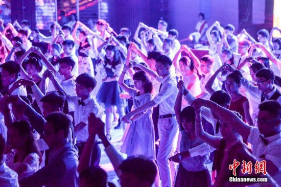 海口百对高中毕业生集体献舞母校