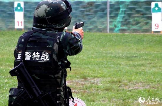 特战队员进行手枪快速精度射击。