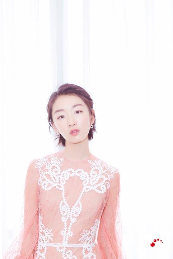 周冬雨粉色纱裙仙气十足 回眸一笑百媚生 图图片
