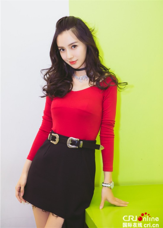 789色妈妈-原标题:辣妈baby红上衣配短裙显好身材 笑容甜美活力足图片