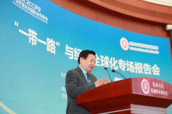 """北京大学国际经济研究所所长王跃生在致辞中表示,""""一带一路""""则是接续产业转移和世界经济增长的引擎。""""一带一路""""通过实现五通、打造六大经济走廊和国际产能合作,实现第六次国际产业大转移;""""一带一路""""产业转移的障碍是地理、交通、文化的隔绝,基础设施的滞后,合作机制的缺乏,所以,基础设施建设是""""一带一路""""建设的突破口,亚投行、金砖银行、丝路基金等正是为基础设施和产业转移提供金融支持的重要工具。"""